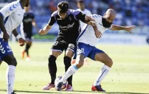 Marc Crosas intenta arrebatar el bal�n a Jaime Mata en el Heliodoro