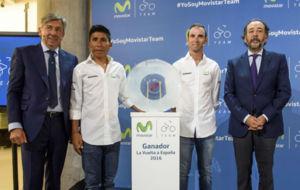 Unzué, Quintana, Valverde y Blanco, junto al trofeo del colombiano.