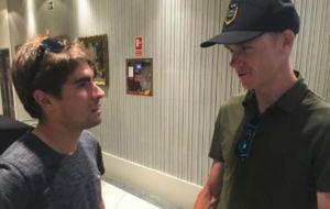 Mikel Landa (26) y Chris Froome (31) dialogan durante su encuentro en...