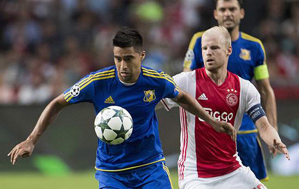 Noboa controla el balón ante un defensa del Ajax.