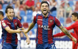 Jason (22) y Espinosa (23) celebran un gol en el Ciutat de Val�ncia.