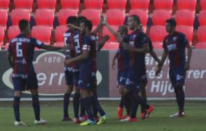 Los jugadores del Huesca celebran uno de los goles ante el C�rdoba.