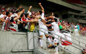 Jugadores del Santa Cruz de Brasil celebran su pase a octavos.