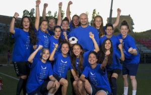 Jordi Ferr�n posa con las jugadoras del Seagull Badalona.