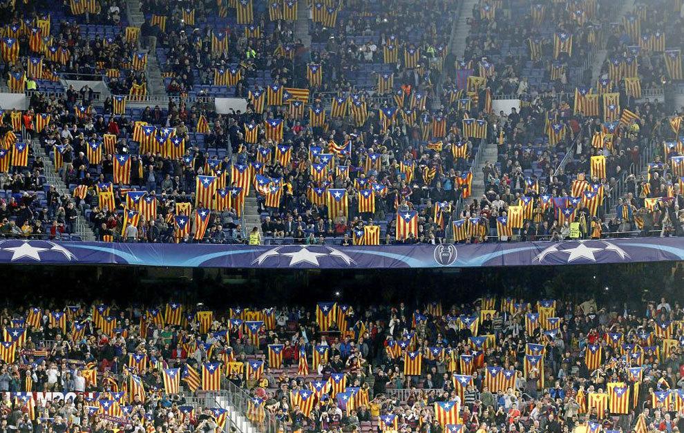 Esteladas en la grada del Camp Nou en un partido de Champions.