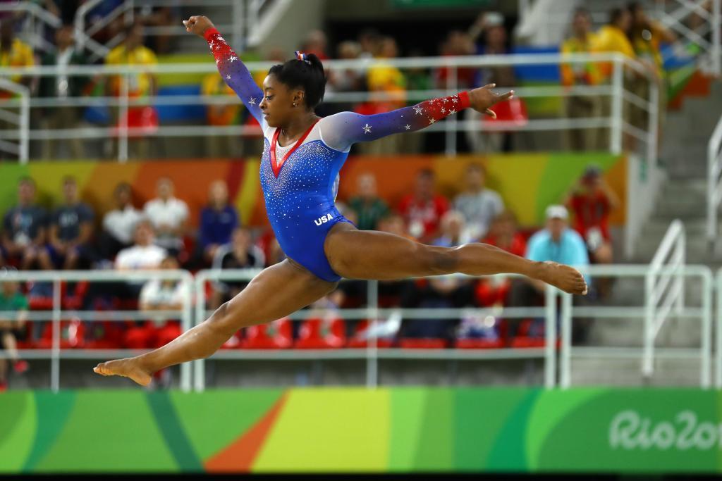 Simone Biles eximiéndose en los Juegos de Río