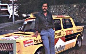 Pablo Escobar, al lado de un Simca con el que compiti� a finales de...