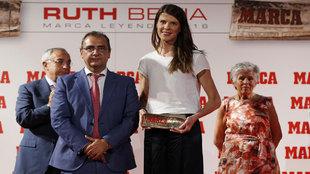 Beitia, junto a Juan Ignacio Gallardo, director de MARCA, tras recibir...