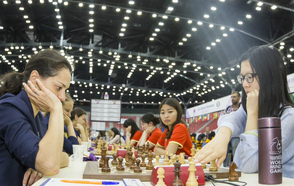 Yifan Hou (China), a la derecha, capitaneó con éxito a su país y...