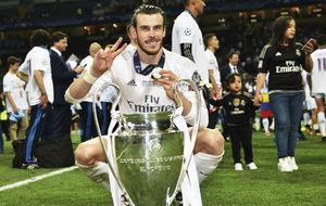 Bale posando junto a la Und�cima durante la celebraci�n.