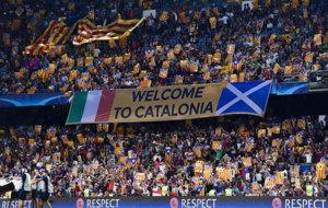 Una pancarta en el Camp Nou con las banderas de Irlanda y Escocia.
