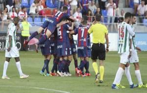 Cara y cruz: los jugadores del Huesca celebra un gol, los del C�rdoba...