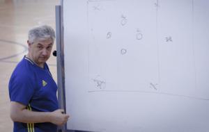 José Venancio López da instrucciones durante un entrenamiento.