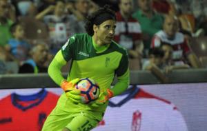 Ochoa se dispone a lanzar el bal�n durante un partido.