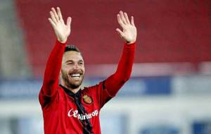 Xisco Jim�nez saluda sonriente a la grada del Mallorca durante su...