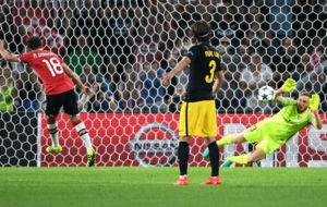 Oblak detiene el penalti a Guardado ante la presencia de Filipe.