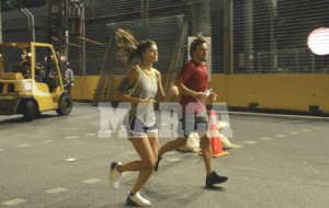 Fernando Alonso y Linda Morselli, corriendo por el circuito de...