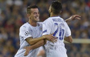 Luis Hernández felicita a Mahrez por uno de sus goles.