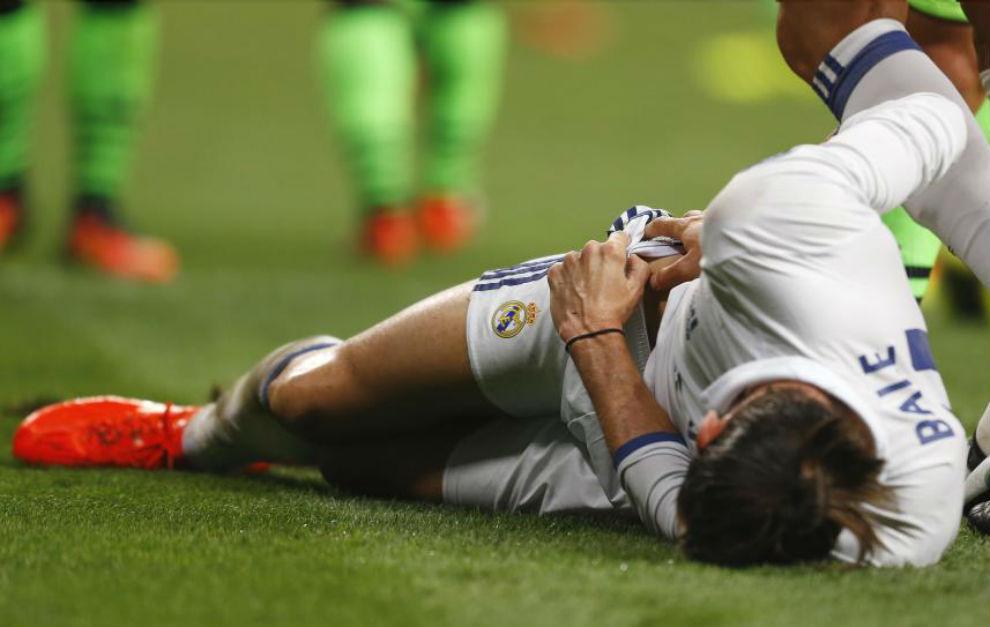Bale se duele en el césped
