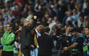 Guardiola celebra el triunfo del City saludando a la grada.