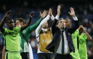 Bruno de Carvalho saluda a los aficionados portugueses tras el partido