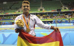 Óscar Salguero posa con la medalla de oro en la piscina de Río.