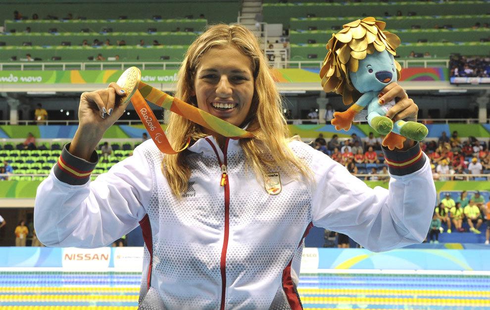 Michelle Alonso con su oro en 100 braza en Río