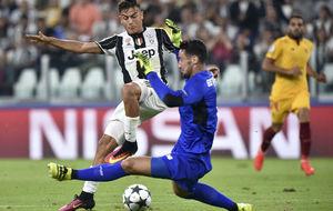Sergio Rico sale a los pies de Dybala, en el Juventus Stadium.