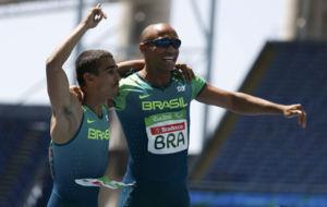 Da Silva celebra el oro junto a un compañero.