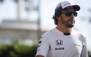Alonso, caminando por el circuito de Marina Bay