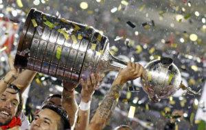 River levanta la Copa Libertadores del 2015.