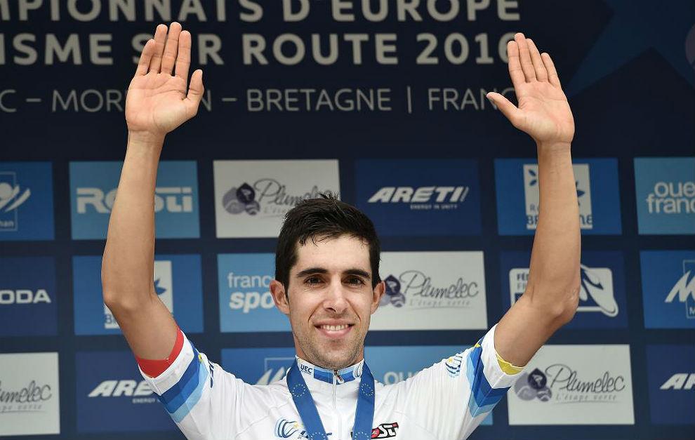 Jonathan Castroviejo saluda en el podio como campeón de Europa.