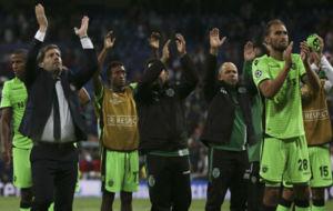 Los jugadores y el cuerpo t�cnico del Sporting aplaudiendo a su...