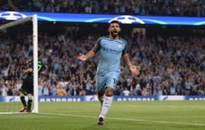 Ag�ero celebra un gol ante el Gladbach