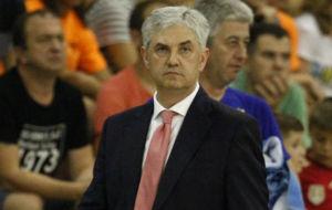 José Venancio López, con gesto serio durante un partido.