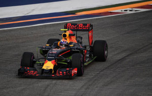 Verstappen pilota su Red Bull en Singapur.
