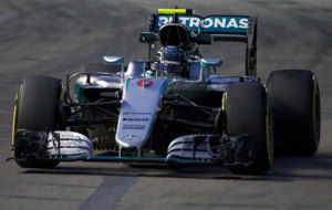 Nico Rosberg pilota su Mercedes en el circuito urbano de Marina Bay.