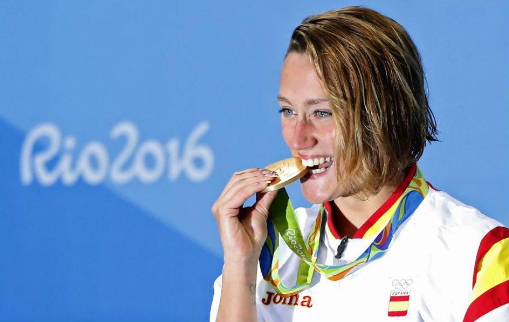 Mireia Belmonte muerde la medalla de oro obtenida en la final de los...