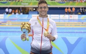 Israel Oliver con su medalla de oro en 200 estilo