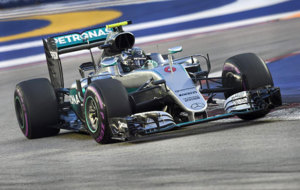 Rosberg pilota su Mercedes en Singapur.