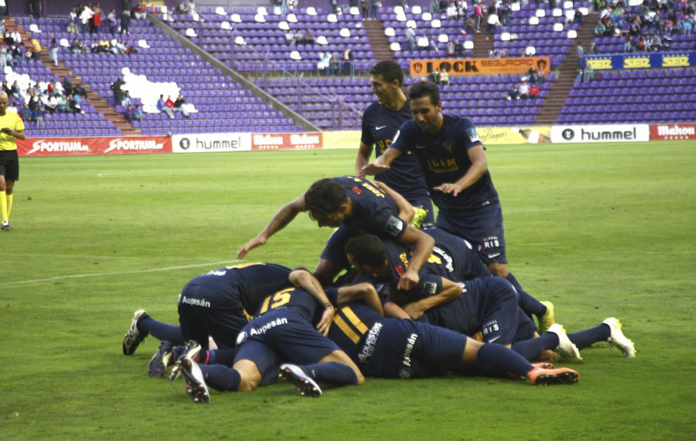 Los jugadores del UCAM celebran el gol logrado por Tito.