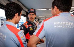 Sordo charla con dos miembros del equipo Hyundai.