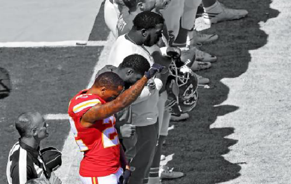 Marcus Peters (Kansas City Chiefs) levanta el puño durante el pasado...