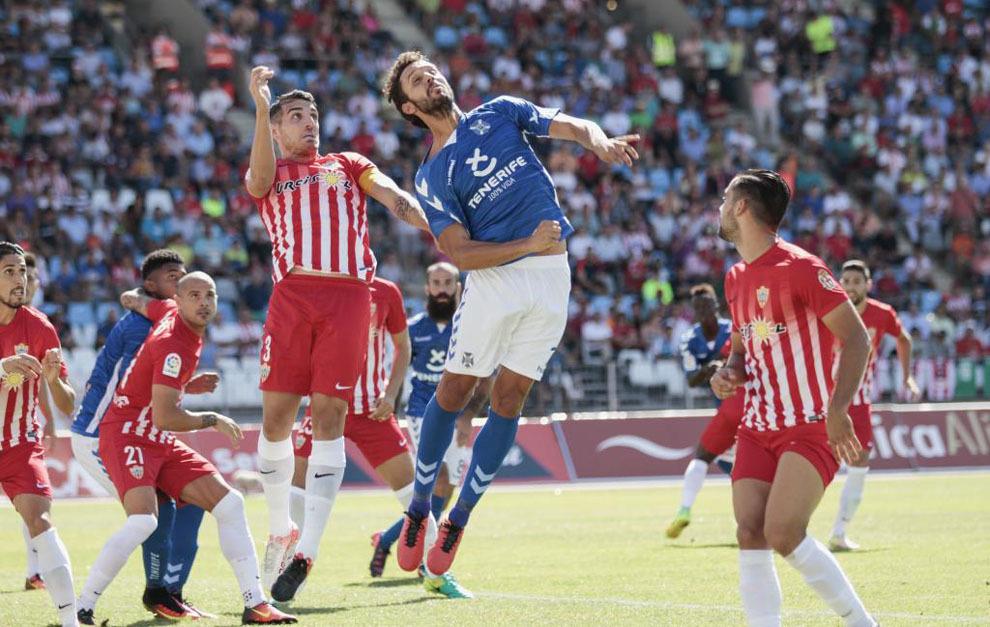 Germán salta a rematar un córner cubierto por Fran Vélez.