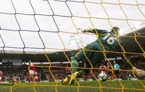 Alexis dispara y falla un penalti ante el Hull.
