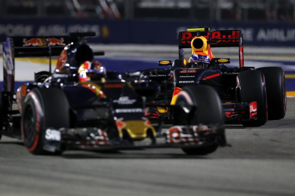 Daniil Kvyat  y Max Verstappen luchando por una posición en la...