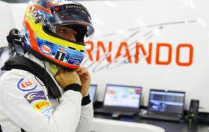Alonso en el box de McLaren durante el GP de Sigapur