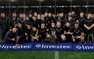 Los 'All Blacks' posan con la Freedom Cup en el AMI Stadium...