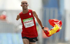 Abderrahman Ait cruza la línea de meta del maratón de Río.