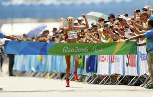 Elena Congost cruza la meta en el maratón.